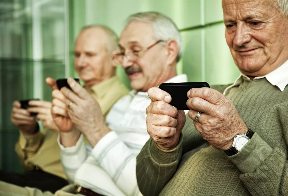 Мобильный телефон для пожилового человека
